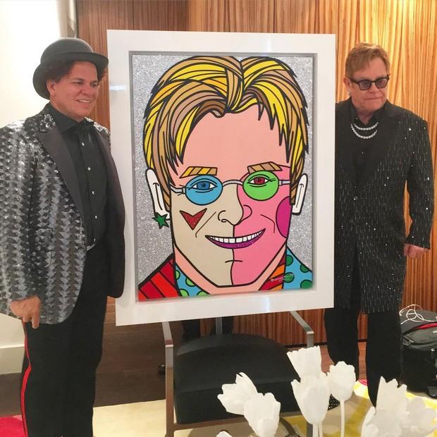 Elton John recebe quadro de presente pintado por Romero Britto (Foto: Reprodução/Instagram)