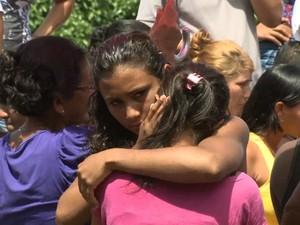 Familiares de vítimas em acidente  (Foto: Reprodução/TV Mirante)