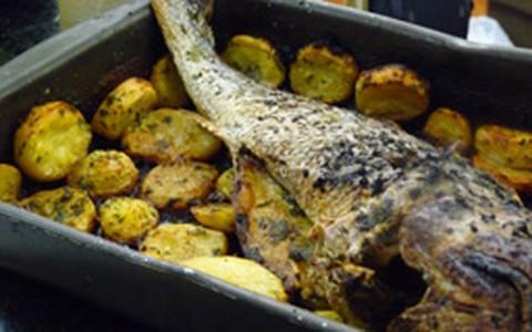 Prato principal: corvina assada com batatas