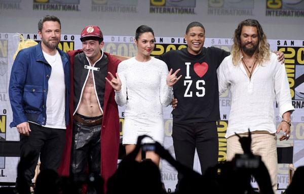Ben Affleck se reúne com Ezra Miller (Flash), Gal Gadot (Mulher-Maravilha), Ray Fisher (Ciborgue) e Jason Momoa (Aquaman) durante painel da Liga da Justiça na SDCC  (Foto: Getty Images)