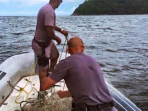 Policiais ambientais aplicara multa em dono de embarcação usada para pesca de camarão