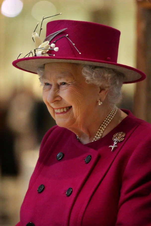 LONDON, ENGLAND - NOVEMBER 08: Queen Elizabeth II gestures at the reopening of the Sir Joseph Hotung Gallery of China and South Asia at the British Museum on November 8, 2017 in London, England. (Photo by Daniel Leal-Olivas-WPA Pool/ Getty Images) (Foto: Getty Images)