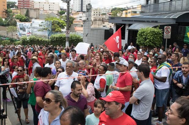 Militantes pró-Lula na porta do prédio dele em São Bernardo do Campo (Foto: Divulgação)