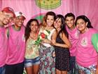 Renata Santos entrega presentes para jovens carentes no Rio