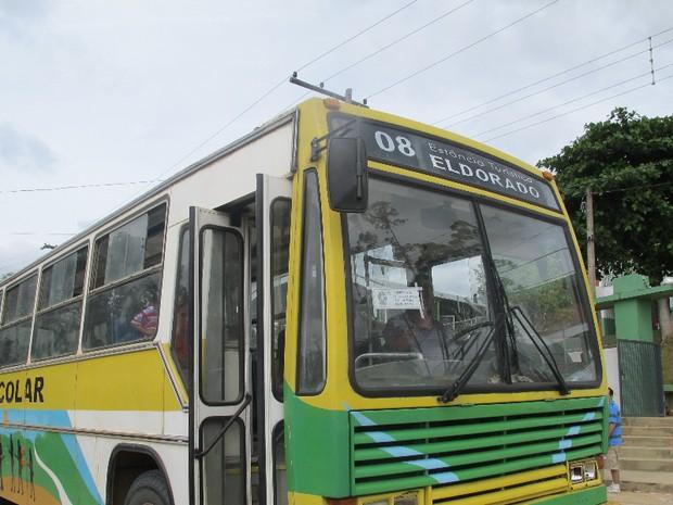 Justiça eleitoral disponibiliza ônibus para eleitores da zona rural de Eldorado, SP (Foto: Anna Gabriela Ribeiro/G1)