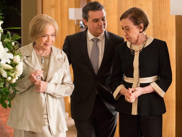 Estela e Teresa com o noivo de Beatriz (Foto: Felipe Monteiro / Gshow)