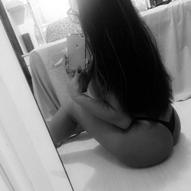 Solange Gomes sensualiza para selfie só de calcinha fio-dental (Foto: Instagram/ Reprodução)