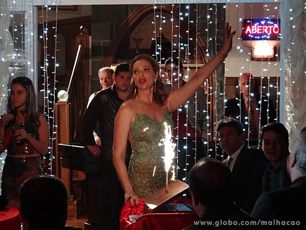 Maura canta e dança para o cliente milionário (Foto: Malhação / TV Globo)