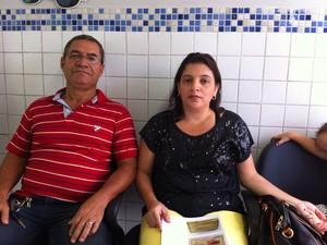 Pais da menina, Hélio Albuquerque e Gildete Gomes, prestam queixa na GPCA. (Foto: Bruno Fontes / TV Globo)