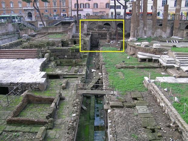 Retângulo indica o local que os pesquisadores acreditam ser o ponto exato do assassinato de Júlio César (Foto: CSIC/Divulgação)