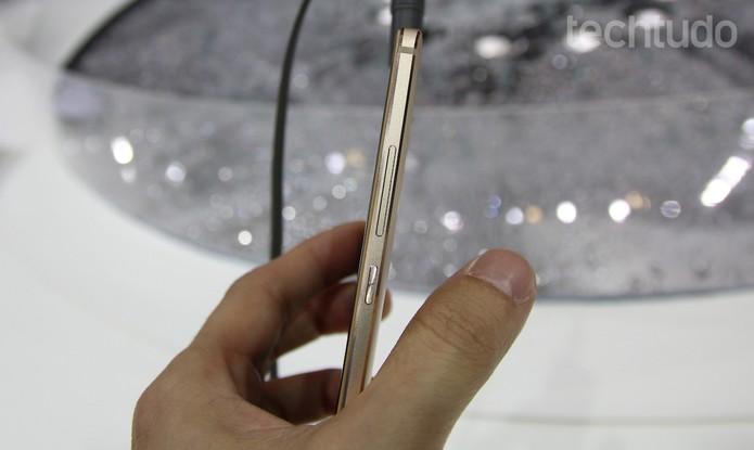 Huawei Mate S tem uma lateral muito fina e pegada confortável (Foto: Laura Martins/TechTudo)