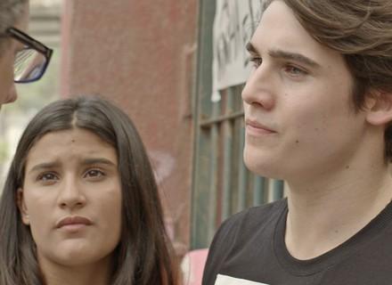 Lívia e Rodrigo enfrentam Miguel, que sai vaiado do Dom Fernão