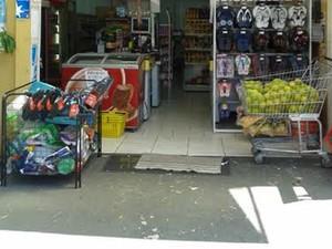 Proprietário do mercado foi rendido quando abastecia uma das geladeiras (Foto: Mariane Peres/G1)