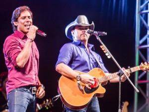 Guilherme e Santiago durante apresentação no rodeio em Rio Preto  (Foto: Adilson/Foto Perigo)