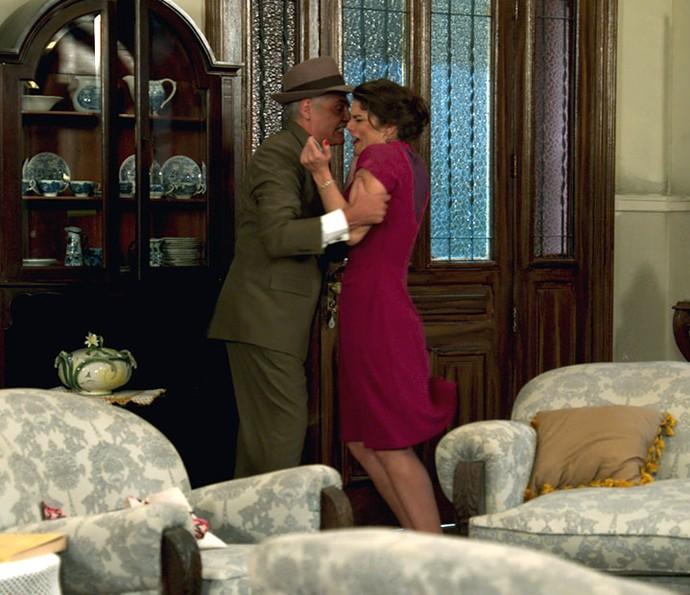 Diana tenta impedir que Severo saia à noite e ele a agride (Foto: TV Globo)