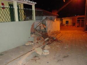 Casa atingida por carro desgovernado, em Ipanema (MG) (Foto: Polícia Militar )