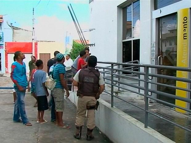 Agência bancária pega fogo no município de Santa Bárbara, na Bahia (Foto: Imagens/ TV Subaé)