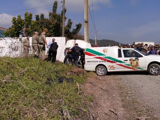 Dois suspeitos do assalto morreram em troca de tiros com a Polícia Militar, em Penha. (Foto: Luiz Souza / RBS TV)
