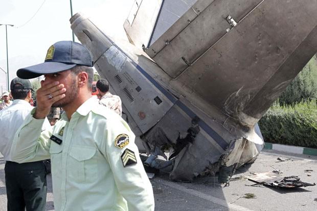 Avião caiu minutos após decolar, neste domingo, em aeroporto de Teerã (Foto: Atta Kenare/AFP)