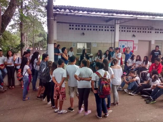 Alunos realizam assembleia para definirem como vai funcionar a ocupação (Foto: Rafael Fachim/TV TEM)