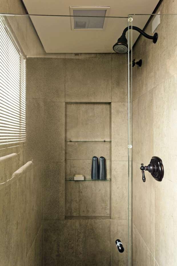 A cerâmica que simula efeito de cimento queimado reforça o aspecto rústico e vintage do banheiro (Foto: Edu Castello/Editora Globo)
