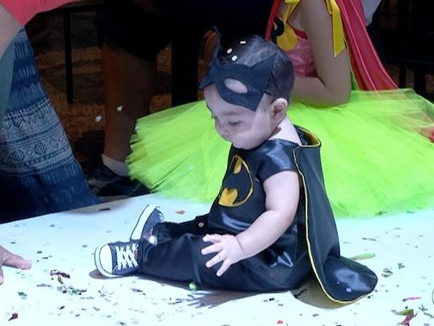 Vestido de Batman, bebê se tranformou em mini super-herói (Foto: Reprodução/TV Anhanguera)