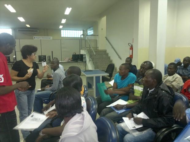 Haitianos recebem orientação para retirada da carteira de trabalho (Foto: Yuri Marcel/G1)