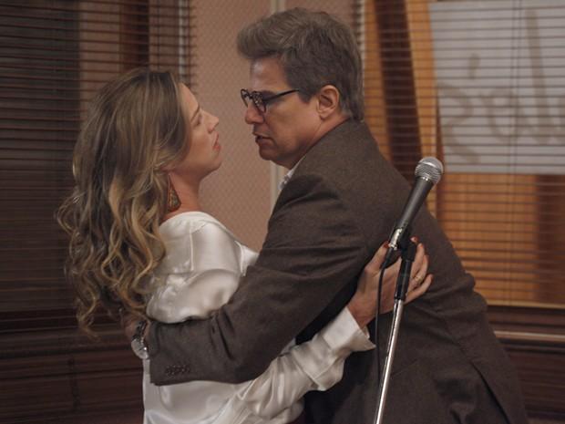 Vânia e Felipe são só amor na cabine de som (Foto: Guerra dos Sexos/TV Globo)