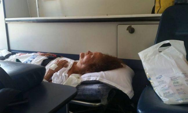 A idosa Wilma Flores, de 81 anos, que estava internada no Miguel Couto, ficou três horas dentro de uma ambulância, mas teve o atendimento negado no Mário Kroeff  (Foto: O Globo)