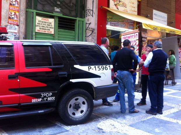 Gerente de lanchonete é levado para delegacia após flagrante de furto de água no Centro de São Paulo (Foto: Isabela Leite/G1)