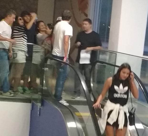 Neymar tirando foto com fã e Bruna Marquezine à frente, na escada (Foto: Anderson Dezan / EGO)
