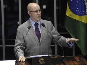 O senador Demóstenes Torres (sem partido-GO), durante discurso na tribuna do Senado nesta segunda (9) (Foto: Fábio Rodrigues Pozzebom/ABr)