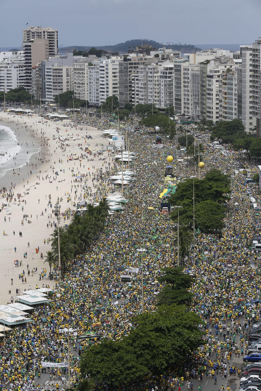 Manifestantes tomam a Av. Atlântica em Copacabana