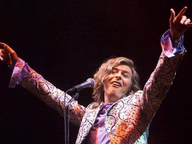 David Bowie se apresenta como atração principal do Festival de Glastonbury, em Pilton, na Inglaterra, em junho de 2000 (Foto: Dan Chung/Reuters/Arquivo)