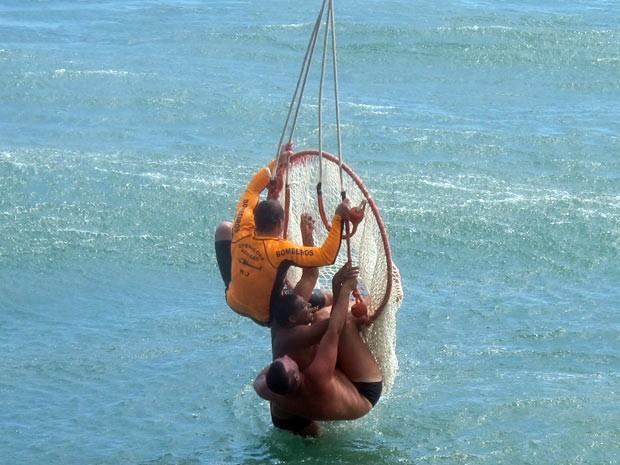 Dois salva-vidas resgatam um homem na Praia do leme, na Zona Sul (Foto: Bernardo Tabak/G1)