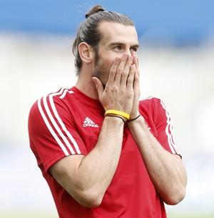 Bale põe a mão na boca no treino de País de Gales (Foto: REUTERS/Carl Recine)