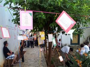 Poesias ficaram penduradas em varais no quintal do prédio (Foto: Samantha Silva / G1)