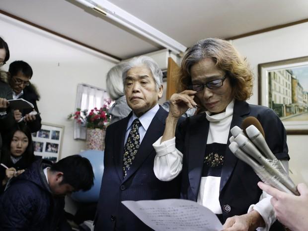 Mãe de Kenji Goto chora durante entrevista à imprensa em sua casa após a divulgação do vídeo com a suposta decapitação do filho pelo Estado Islâmico (Foto: Yuya Shino/Reuters)