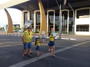 Poucos manifestantes se concentraram no Centro de Boa Vista em protesto contra Dilma Rousseff (PT); crianças carregavam o Pixuleco e cartazes com palavras de ordem (Foto: Emily Costa/G1 RR)