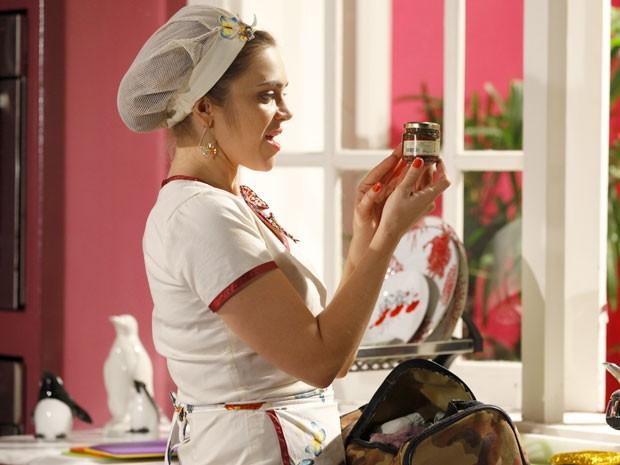 Socorro mexe nas coisas de Naldo e descobre o ingrediente secreto (Foto: Cheias de Charme / TV Globo)