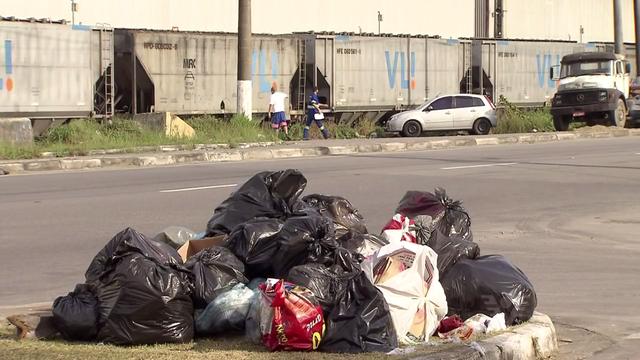 Coleta de lixo é retomada em Guarujá (Foto: Reprodução/TV Tribuna)
