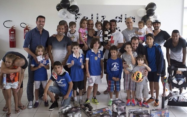 Jogadores do Timão receberam os filhos (Foto: Reprodução/Instagram)