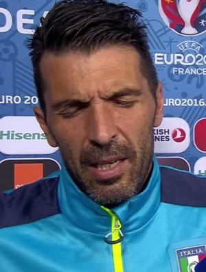 Abatido, Buffon lamenta erros em cobranças de pênalti (Foto: Reprodução / Uefa)