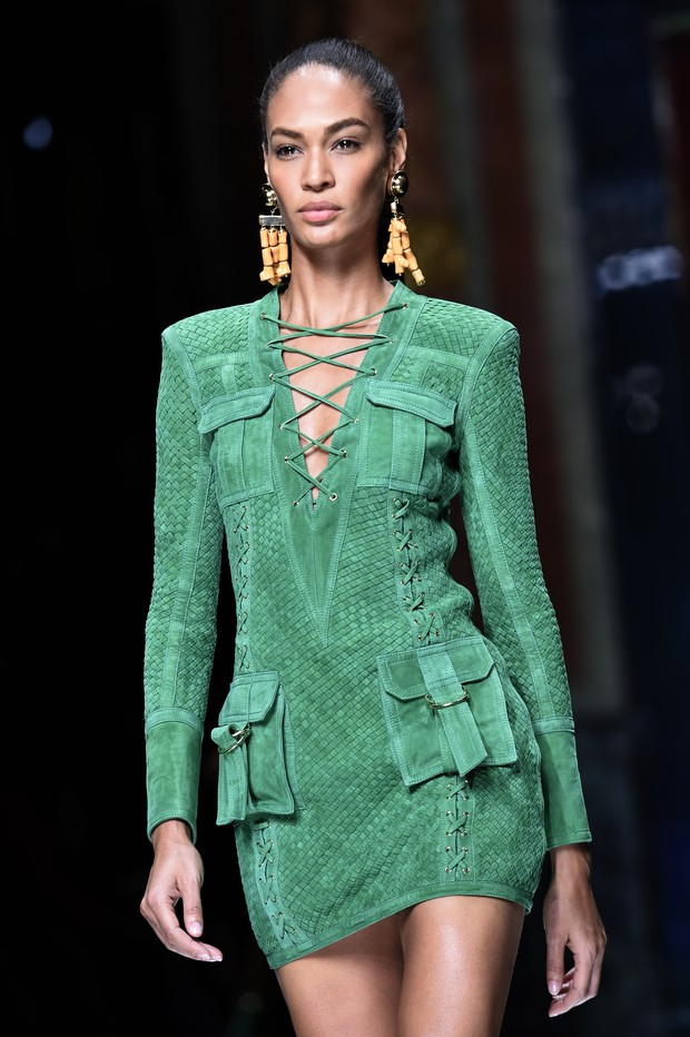 Joan Smalls no desfile da Balmain, em Paris (Foto: AFP)