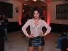 Look transparente de Adriana Bombom chama atenção em estreia