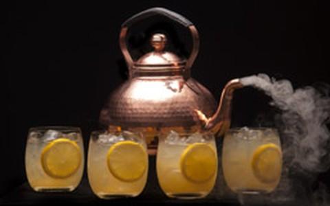 Drinque Mangotini é feito com vodca na chaleira, mas é servido geladinho