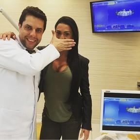 Gracyanne Barbosa coloca lentes de contato nos dentes (Foto: Reprodução/Instagram)