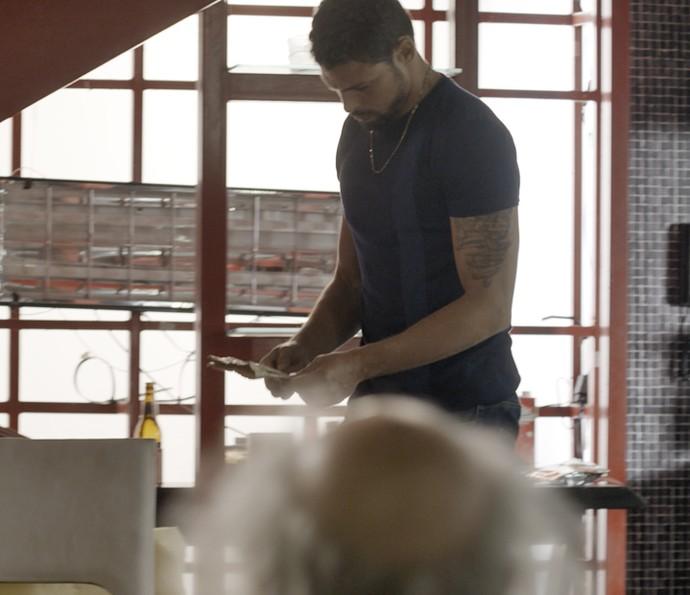 Juliano revira lixo e encontra pista. O que será? (Foto: TV Globo)