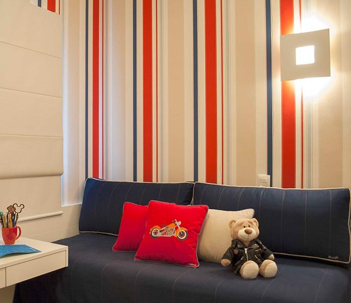 Papel de parede com listras dá impressão de pé direito alto e amplia ambiente (Foto: Divulgação)