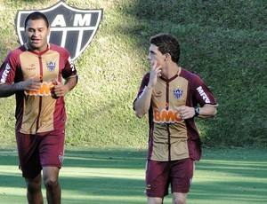 Paulo Henrique e Neto Berola do Atl&#233;tico-MG (Foto: Leonardo Simonini / Globoesporte.com)